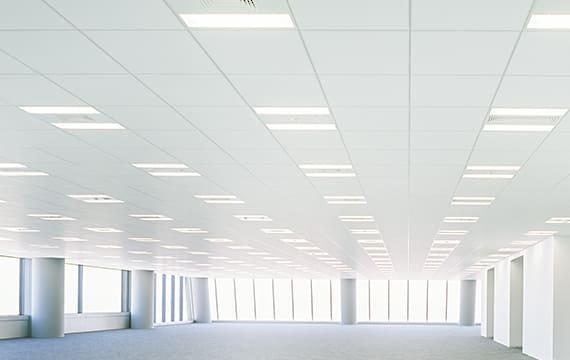 グリッド天井で自由度の高い室内レイアウト
