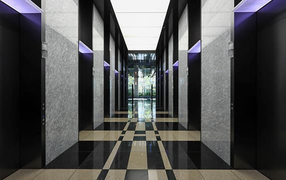 スムーズな乗降が可能な8基のエレベーター